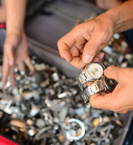 Bán dạo đồng hồ cũ giá chục triệu đồng tại Sài Gòn