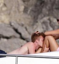 """""""Trai đẹp"""" Marco Reus và bạn gái siêu mẫu diễn """"cảnh nóng"""" trên du thuyền"""