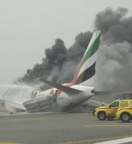 Máy bay chở 275 khách cháy ngùn ngụt khi hạ cánh xuống Dubai