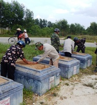 Công an làm việc với người nghi đóng đinh lên hàng nghìn ngôi mộ