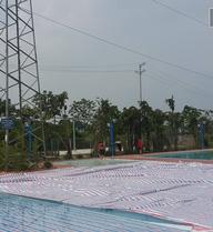 Hà Nội: Bể bơi, trạm xăng phục vụ hàng trăm người nằm ngay cạnh cột điện cao thế 110kV