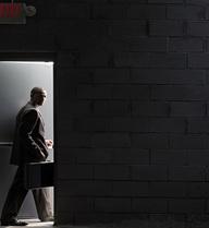 Nếu không muốn tự hủy hoại cuộc sống, nhân viên ngân hàng chỉ nên làm tới năm 30 tuổi rồi chuyển việc