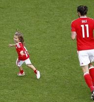 Sau phút huy hoàng, Bale tình cảm và mẫu mực thế này đây