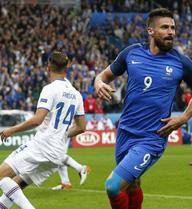 """Đức vs Pháp: Gà trống """"hung hăng"""", nghiền nát Xe tăng?"""