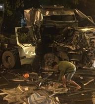 Xe container tự gây tai nạn, nhóm thanh niên xưng là chủ xe tự ý tháo biển số