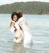 Bạn gái Cường Seven khoe dáng với bikini gợi cảm