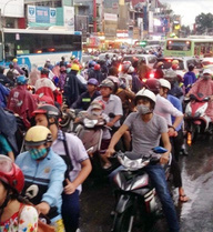 Đèn tín hiệu giao thông hư, hàng ngàn người đội mưa vì kẹt xe