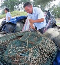 Biển vắng lặng, cá tôm chẳng thấy, ngư dân bỏ làng làm thuê kiếm sống