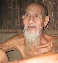 Giang hồ lừng lẫy ẩn mình trong xóm nghèo kiếm sống qua ngày bằng nghề… hát rong