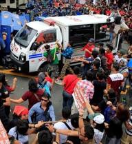 Xe cảnh sát Philippines đâm liên tiếp vào người biểu tình