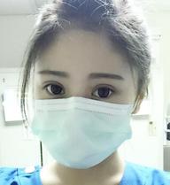 Nữ y tá đeo khẩu trang che nửa mặt mà vẫn gây sốt vì quá xinh