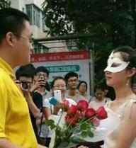 Cô giáo mặc váy cưới cầu hôn sinh viên giữa sân trường