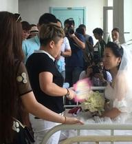 Rớt nước mắt chứng kiến đám cưới trên giường của cô dâu ung thư giai đoạn cuối