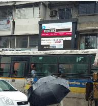 Chiếu nhầm phim nóng trên bảng quảng cáo ngoài trời, các tài xế dừng xem đến tắc đường