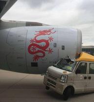 Xe tải đâm máy bay chở khách trên đường băng ở Hong Kong