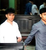 Bênh mẹ bị đánh, hai anh em dắt nhau vào tù vì giết người