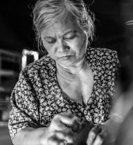 Bà ngoại 30 năm vá xe nuôi cháu ăn học ở Sài Gòn