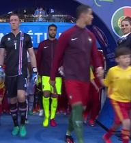 Cận cảnh nhan sắc cô gái khiến Ronaldo phải ngoái đầu dù đang ra sân