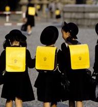Thay vì xếp hàng mướt mồ hôi giữa trời nắng, trẻ em các nước trên thế giới lại làm điều này trong lễ khai giảng