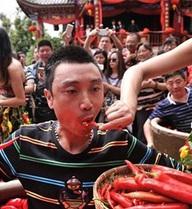 Hình ảnh kịch tính trong cuộc thi ăn ớt: Nước mắt giàn giụa, đổ mồ hôi vì cay