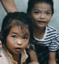 Đôi mắt màu xanh kỳ lạ của hai anh em câm điếc bán vé số nơi xóm nghèo Sài Gòn