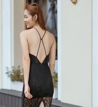 Diệp Bảo Ngọc mặc áo yếm, khoe lưng trần trên phố