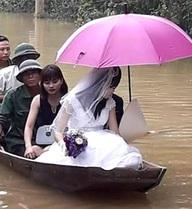 Chú rể thuê thuyền đi đón dâu trong mưa lũ ở Hà Tĩnh