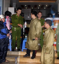 Vây bắt kẻ nổ súng bắn công an: Phong tỏa hiện trường trong đêm mưa