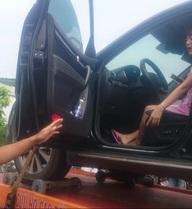 CSGT dùng xe cẩu kéo cả nữ tài xế và xe ô tô vi phạm về trạm