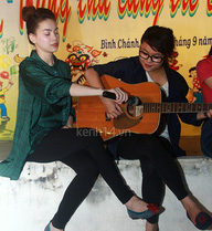 Hà Hồ cầm mic giúp Thái Trinh đệm đàn