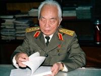 """Đồng loạt đứng dậy, khóc, hát """"Đại tướng Võ Nguyên Giáp"""""""
