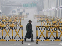 Nữ công nhân Triều Tiên mặc quân phục đi làm
