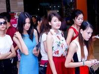 Mie Nguyễn hôn đắm đuối hot vlogger JVevermind ở sân bay