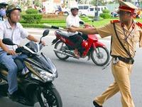 Cảnh sát giao thông yêu cầu dừng xe khi đang xuống dốc, đúng hay sai?