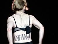 """Madonna """"quên quần"""", đeo thánh giá sau mông"""