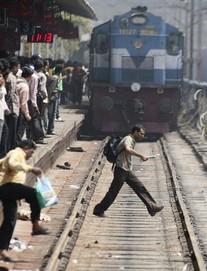 [NÓNG] Ấn Độ: Tàu hỏa lao vào đám đông đang xem lễ hội, ít nhất 50 người tử vong