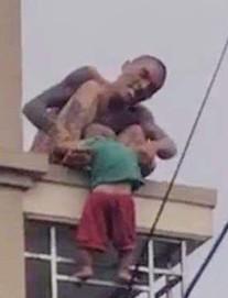 Bé trai bị bố ném từ trên cao xuống đang hoảng loạn, được theo dõi chấn thương sọ não