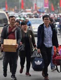 """Ngày cuối kỳ nghỉ Tết, nhiều người """"tay xách nách mang"""" đồ đạc về Thủ đô"""