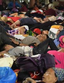 Du khách, trẻ nhỏ ngủ qua đêm la liệt tại đền Hùng