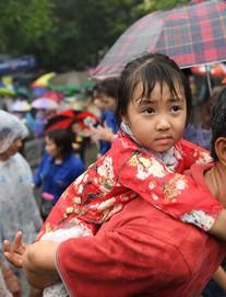 Hàng nghìn người đội mưa, chen chân lên lễ Giỗ Tổ Hùng Vương
