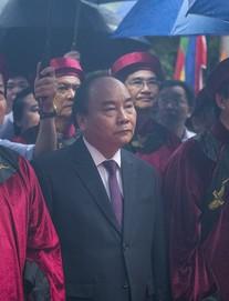 Thủ tướng Nguyễn Xuân Phúc dâng hương tại Đền Hùng trong mưa