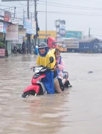 Rác bịt miệng cống gây ngập nặng, 4 chủ tịch phường ở Đồng Nai bị phê bình