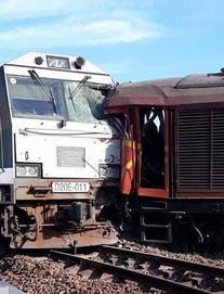 Ảnh hiện trường vụ 2 tàu hỏa tông trực diện khi vào ga, nhiều toa tàu lật nghiêng
