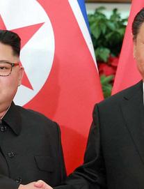 Nhà lãnh đạo Kim Jong-un duyệt đội danh dự ở Bắc Kinh, phu nhân Ri Sol-ju tháp tùng