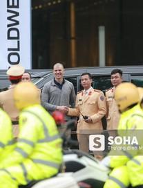 [VIDEO] Đặc vụ Mỹ hồ hởi bắt tay CSGT Hà Nội sau khi đưa siêu xe The Beast của TT Trump về khách sạn