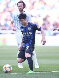 TRỰC TIẾP FC Seoul 0-0 Incheon United: Công Phượng khởi động bên ngoài sân