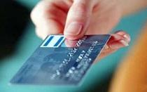 Bắt được thẻ cắm trên cây ATM, người đàn ông nổi máu tham rút luôn hơn 60 triệu đồng