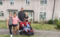 Đổi nhà cho gia đình nghèo khó 1 tuần, người cha triệu phú phát hiện ra nhiều điều quý giá