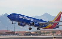 """Máy bay hạ cánh khẩn vì hành khách """"nổi máu dê"""""""