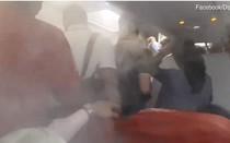Video: Cơ trưởng cố ý bật điều hòa mạnh hết cỡ, hành khách nôn mửa, tháo chạy khỏi máy bay
